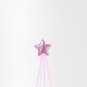 Minimalista estrella rosa sobre fondo blanco.