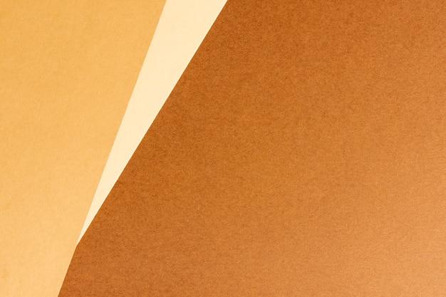 Minimalista hojas de cartón marrón en blanco con espacio de copia