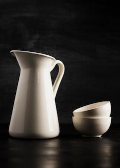 Minimalista pequeñas tazas blancas y jarra