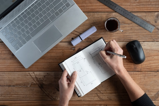 Ministerio del interior, manos de mujer trabajando en casa, computadora café y notas.