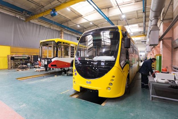 Minsk, bielorrusia - 22 de febrero de 2018: línea de producción de autobuses