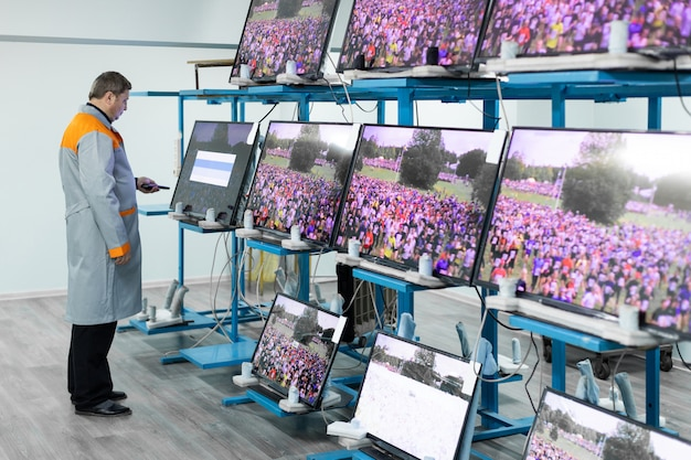 Minsk, bielorrusia - 8 de mayo de 2018: taller para ensamblar televisores