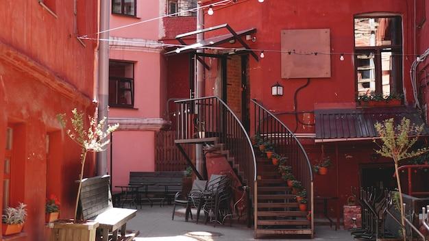 Minsk, bielorrusia red yard - patio-pozo en minsk, lugar para conciertos con música en vivo, exposiciones fotográficas, exposiciones de pinturas