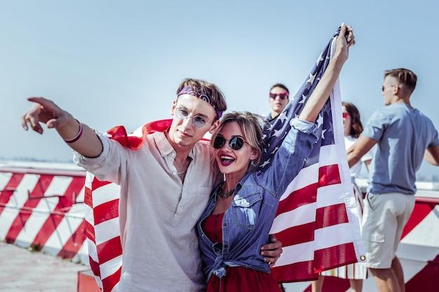 Mira aquí. persona del sexo masculino amable abrazando a su pareja mientras celebramos juntos el día de la independencia