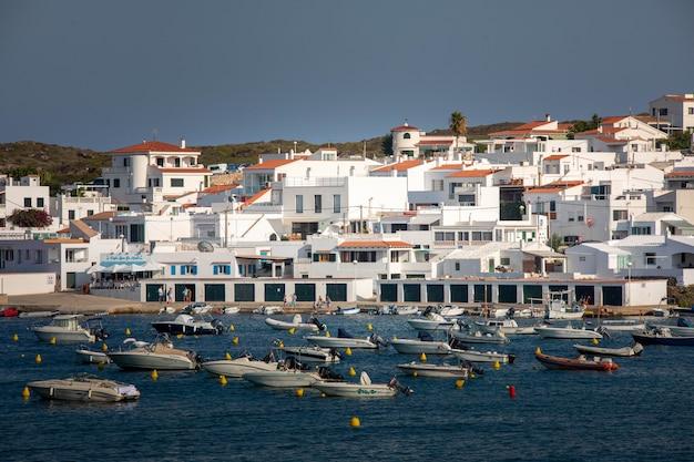 Mira la ciudad de es grau en la isla de menorca, españa.