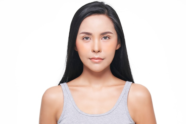 Mirada natural, mujer asiática, tratamiento facial, cosmetología, tratamientos de belleza.