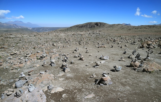 Mirador de los andes, punto de vista de las tierras altas para los volcanes que lo rodean en el paso de patapampa, arequipa, perú