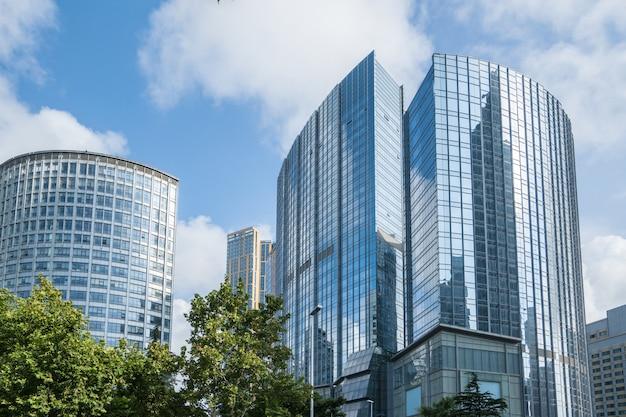 Mirando hacia arriba azul moderno edificio de oficinas