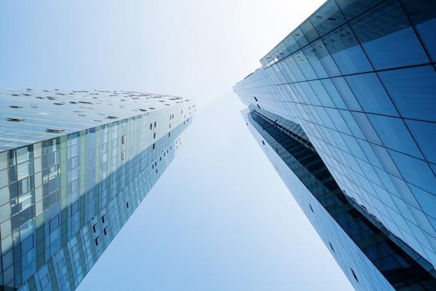 Mirando hacia arriba el edificio de oficinas moderno azul