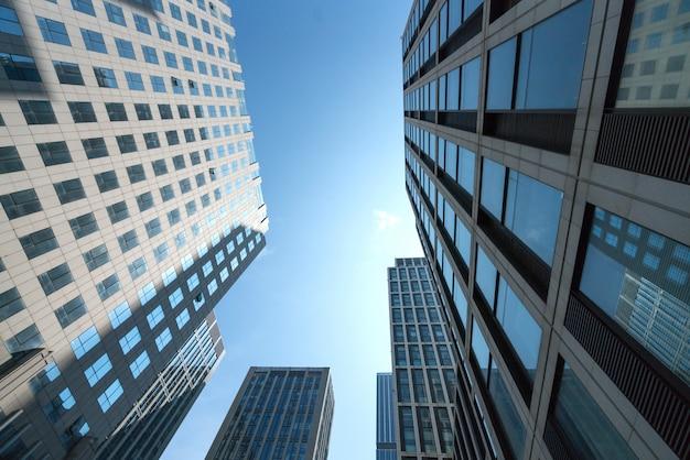 Mirando hacia arriba del moderno edificio de oficinas
