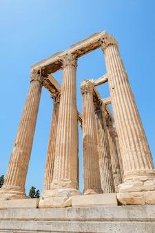 Mirando hacia arriba la vista de los famosos pilares del templo griego contra el cielo azul claro en el templo de zeus, grecia