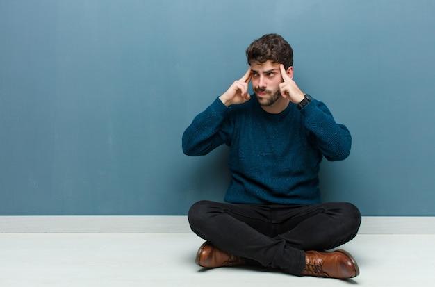 Mirando concentrado y pensando mucho en una idea, imaginando una solución a un desafío o problema