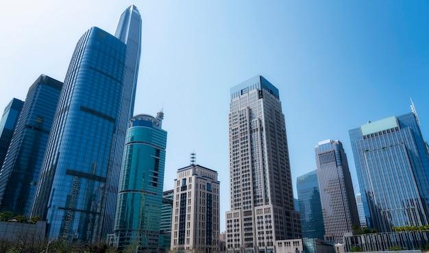 Mirando hacia el edificio de oficinas de shanghai lujiazui