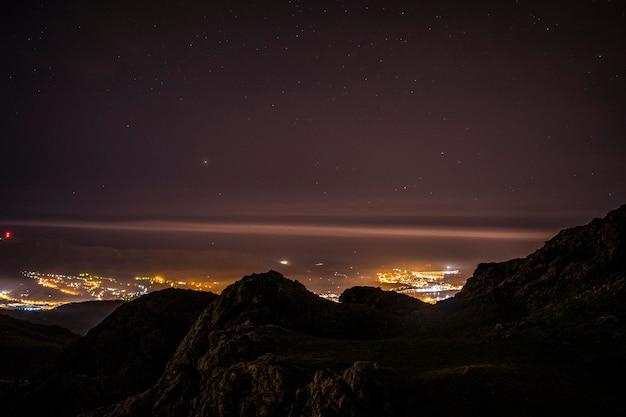 Mirando a fuenterrabia desde el monte aiako harria en oiartzun por la noche. país vasco