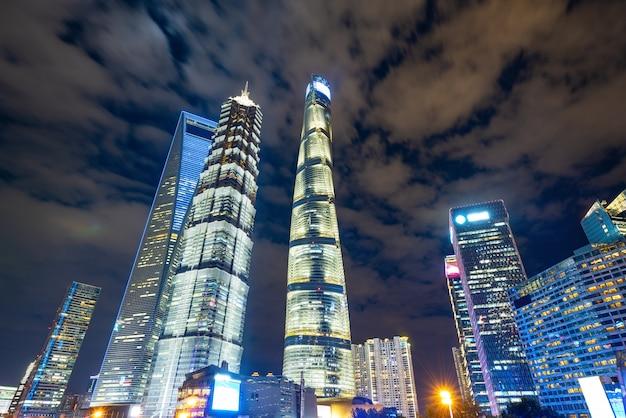 Mirando hacia los rascacielos del centro financiero en la noche, shangai, china