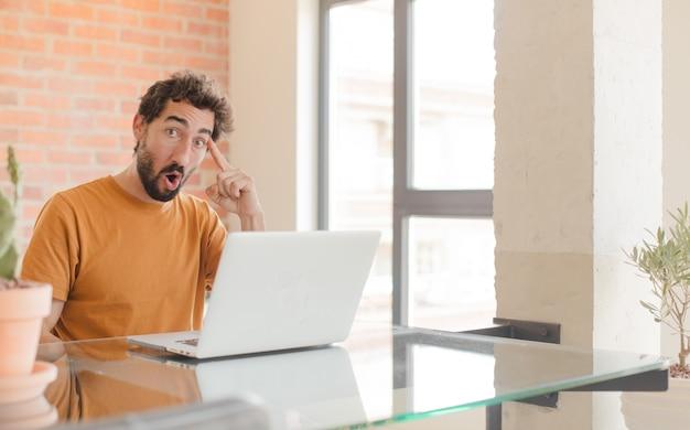 Mirando sorprendido boquiabierto sorprendido al darse cuenta de una nueva idea o concepto de pensamiento