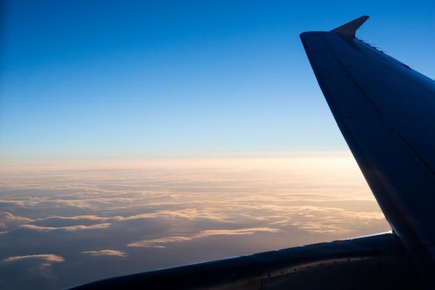 Mirando a través de la ventana del avión