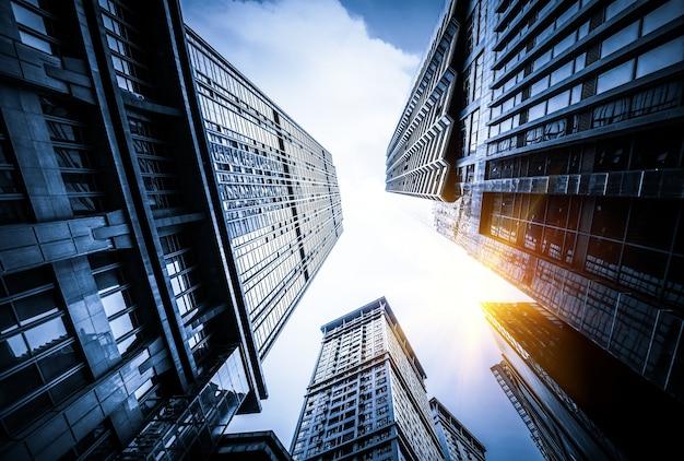 Mirar hacia el cielo con rascacielos