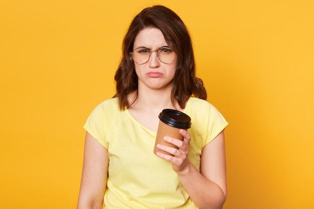 Miserables poses modelo joven molesto aislado sobre amarillo