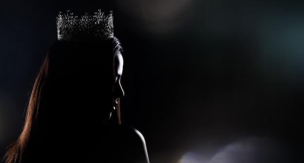 Miss concurso concurso silueta con corona de diamantes
