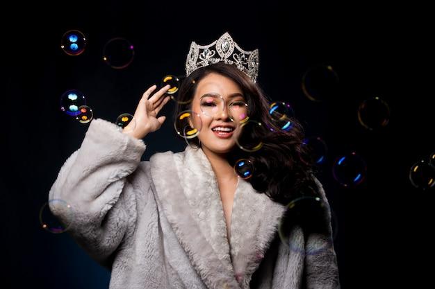 Miss concurso de concurso en vestido de fiesta