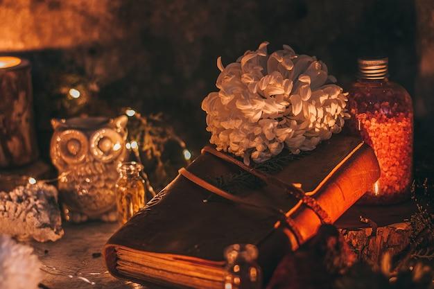 Misteriosa escena de halloween, práctica de brujería, velas rituales.