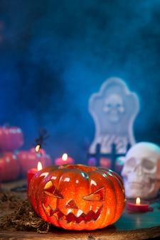 Misteriosa niebla que rodea una espeluznante calabaza de halloween sobre una mesa de madera. símbolo de halloween.