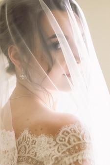 Misterioso retrato de una novia oculta bajo el velo