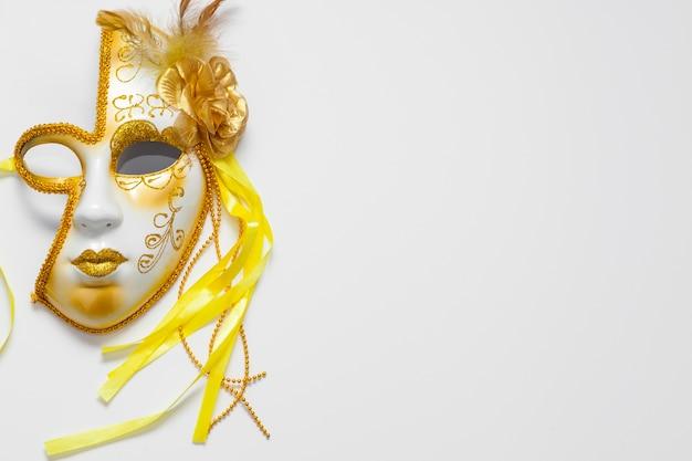 La mitad de la cara carnaval máscara dorada y espacio de copia