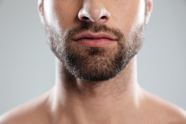 La mitad de la cara del hombre con barba