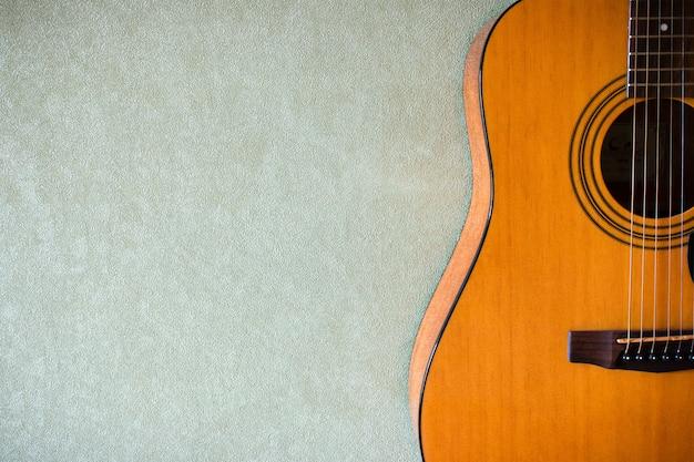La mitad de una guitarra acústica en blanco