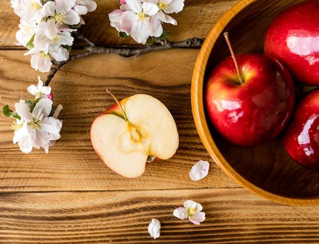 La mitad de manzana y manzanas en un tazón