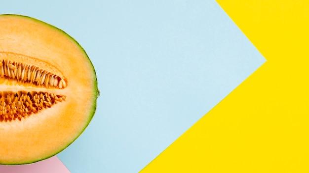 La mitad de melón con fondo de colores