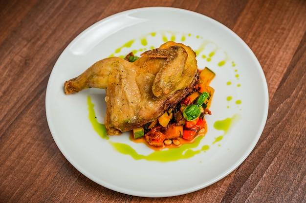 Mitad del pollo con caponata de verduras