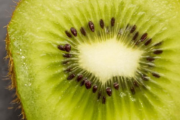 La mitad del primer plano de kiwi
