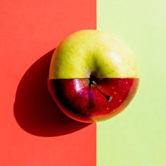 Mitad verde mitad manzana roja