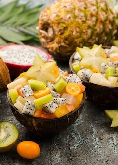 Mitades de coco rellenas de ensalada de frutas.