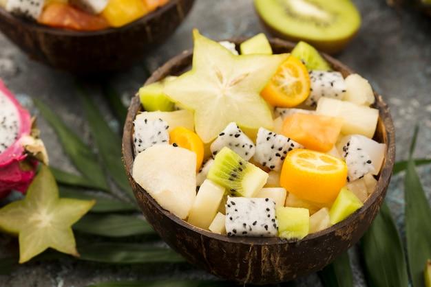 Mitades de coco rellenas con primer plano de ensalada de frutas
