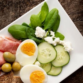 Mitades de huevos y verduras