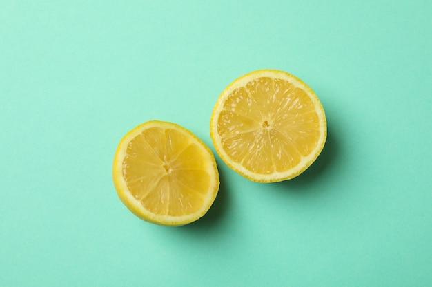 Mitades de limón. fruta madura