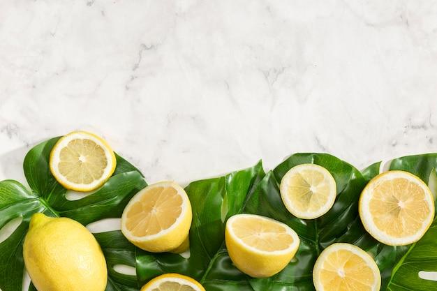 Mitades de limones con espacio de copia
