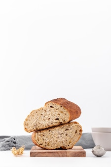Mitades de pan sobre una pila con espacio de copia fondo blanco.