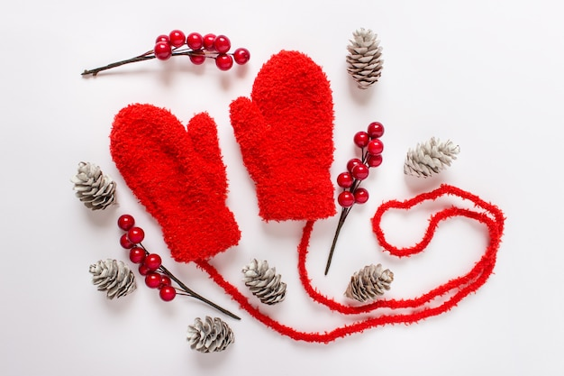 Mitones rojos con elementos decorativos de invierno.