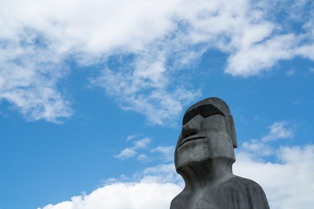Moai estatuas a escala modelo de ranu raraku, isla de pascua.