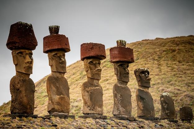 El moai en la playa de anakena en la isla de pascua