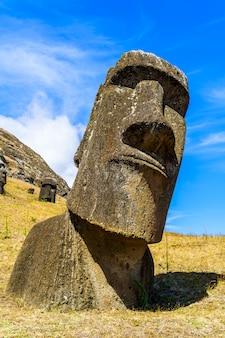 Moai, la talla de piedra polinesia en la cantera de rano raraku en isla de pascua, chile