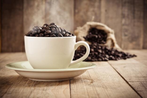 Moca taza de espresso café en grano
