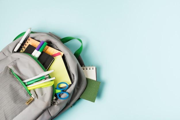 Mochila abierta con útiles escolares.