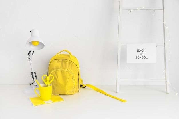 Mochila amarilla en creativo espacio de trabajo adolescente