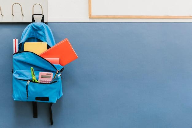 Mochila azul con gancho en la escuela